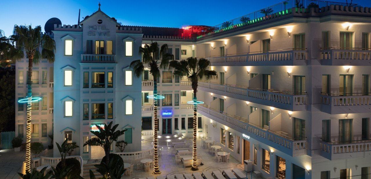 Zona de la piscina y fachada del Hotel Es Vivé