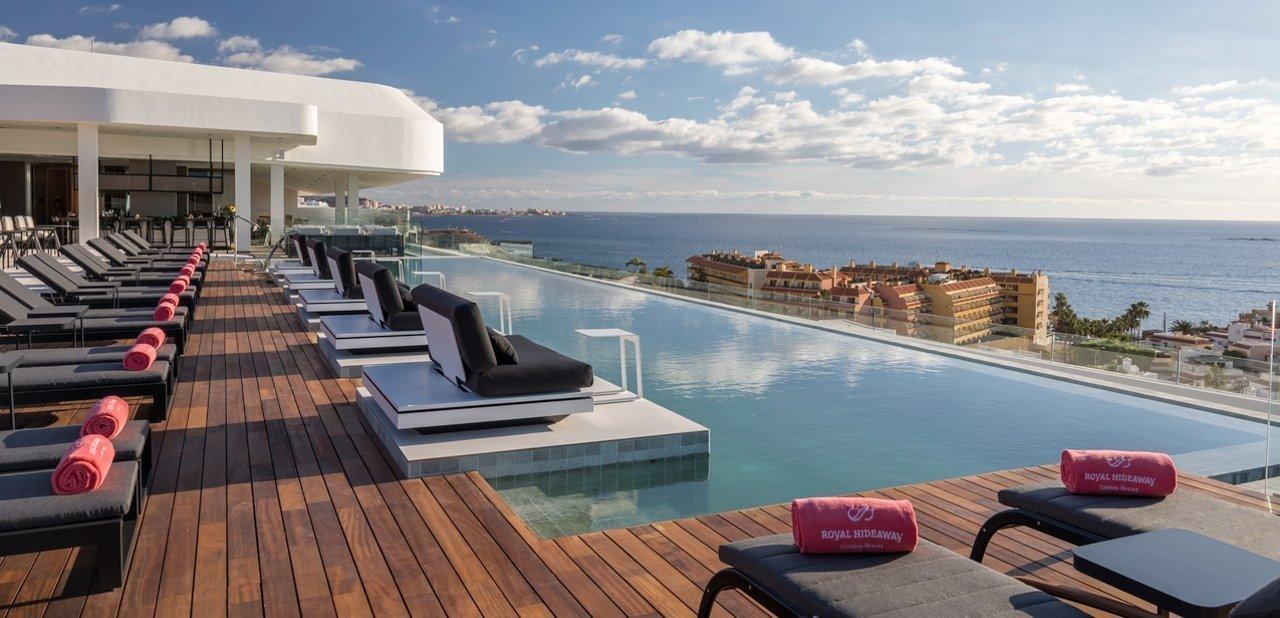 Zona de terraza con piscina